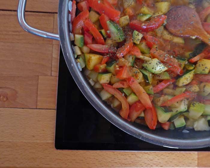 Zucchini-Gemüse mit Tomaten