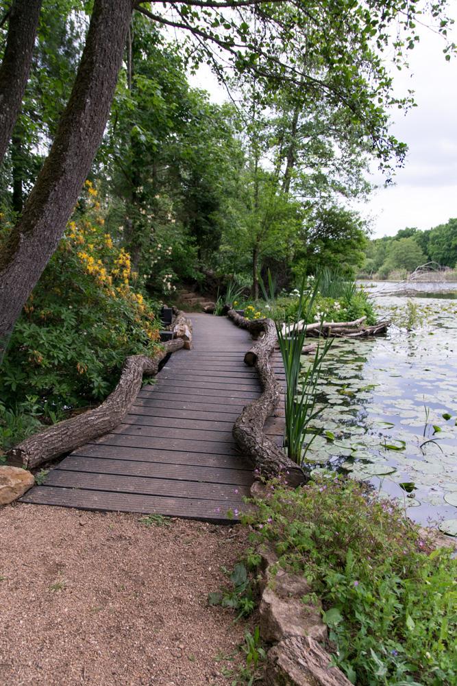 Teich mit Holzweg Schlosspark Dennenlohe im Altmühltal